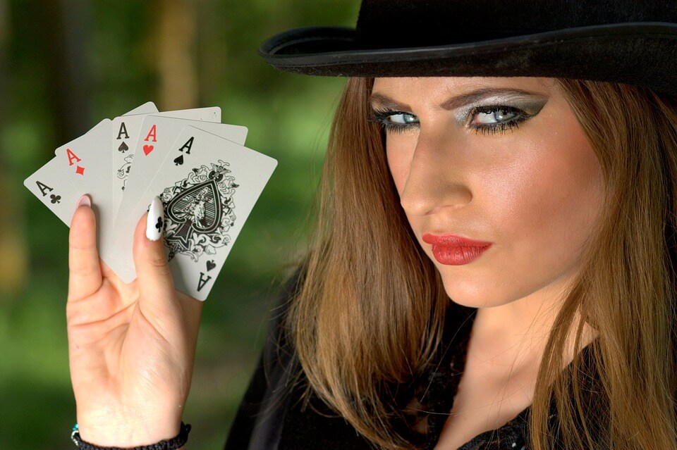 crupier de casino online jugando al pontoon